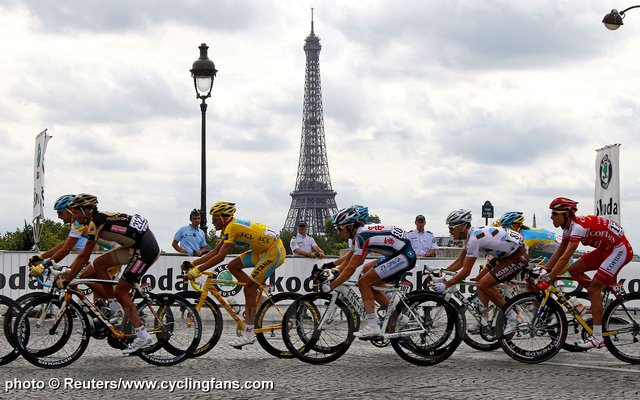 2010_tour_de_france_stage20_paris_eiffel_tower_alberto_contador_peloton1.jpg